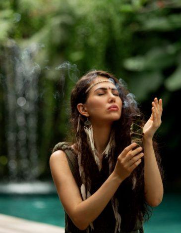 spirituele jonge vrouw